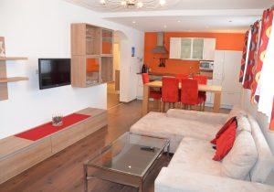 Modernes Wohnzimmer und Küche für einen perfekten Aufenthalt