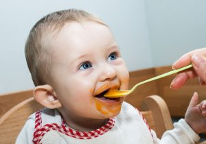 Baby füttern - Hotel Hutter - Familienurlaub am Katschberg